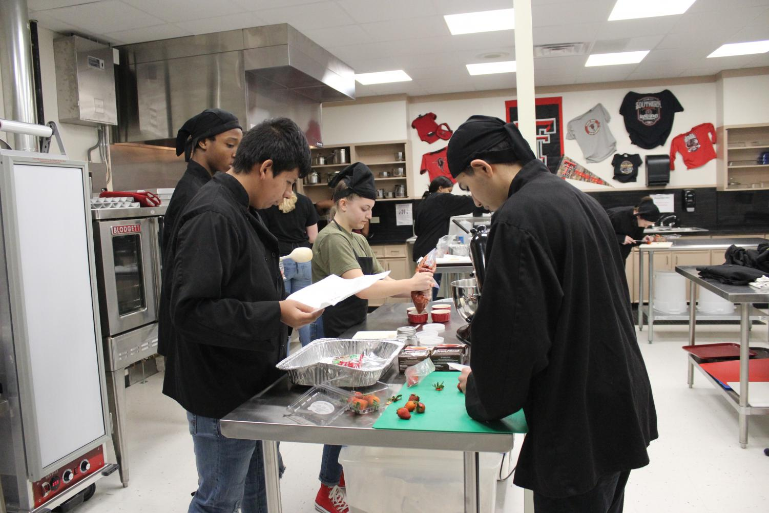 From left to right: sophomores Eric Lyle, Juan Balderas, Abby Coleman, and Deandre Rosales prepare the food for the Iron Chef Challenge. Photo by Naydelin Espinoza.