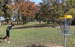 Junior Gage Lane throws a putt on the disc golf course.